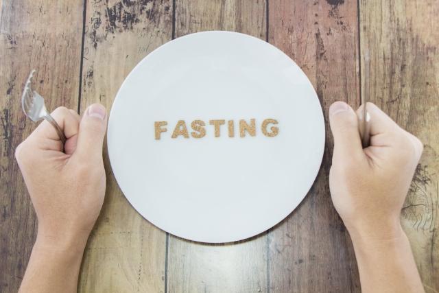 ファステイングの文字が書かれたお皿