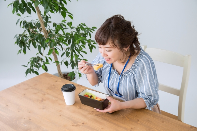 お弁当を食べている女性