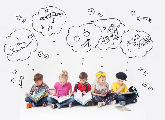 子供たちが本を見ている