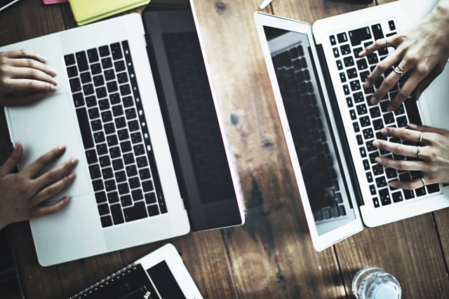 ファスティングの注意点をパソコンで探している二人の画像