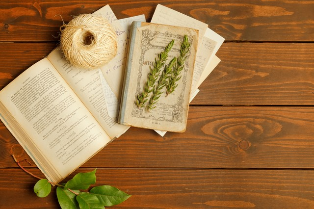 断食中に読む本がテーブルに置いてある画像