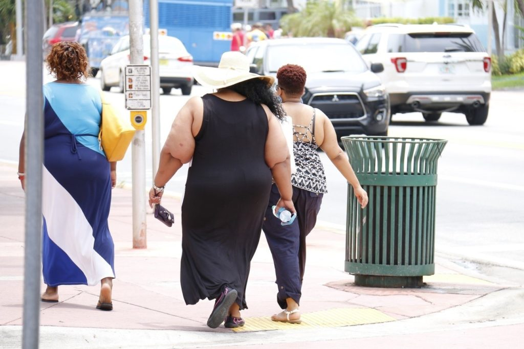 太った女性が歩いている