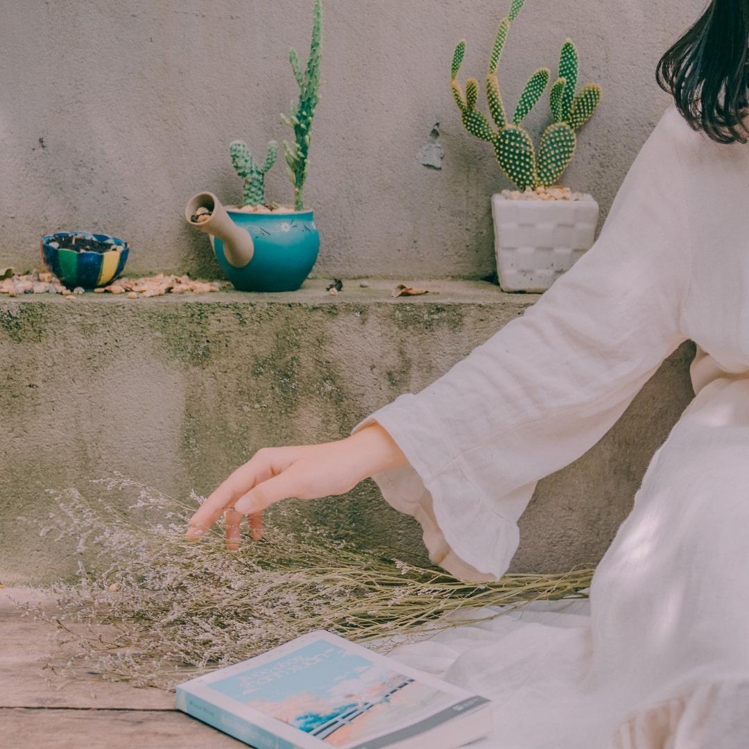 白いワンピースを着た女性の画像