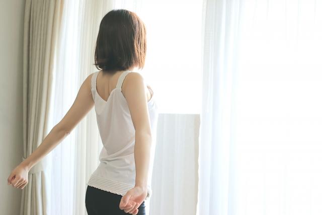腕を広げる女性