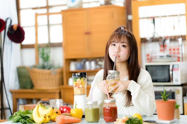 酵素ドリンクを飲んでいる女性の画像