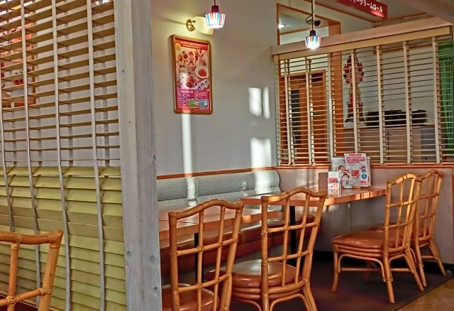 外食で行くファミレスの店内の風景の画像