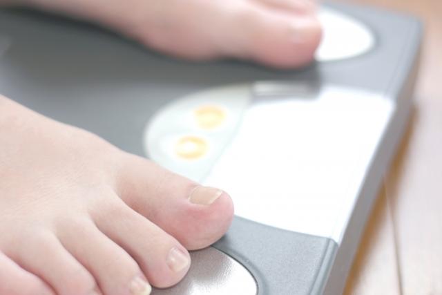 体重計に乗ってる女性