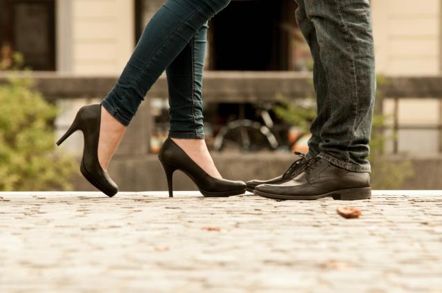 女性と男性の足元