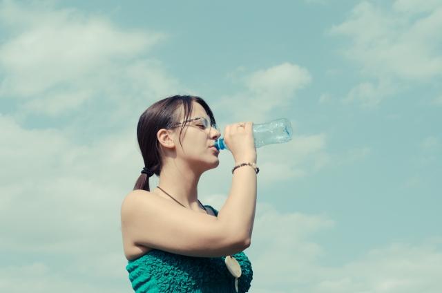 水分補給をしている女性