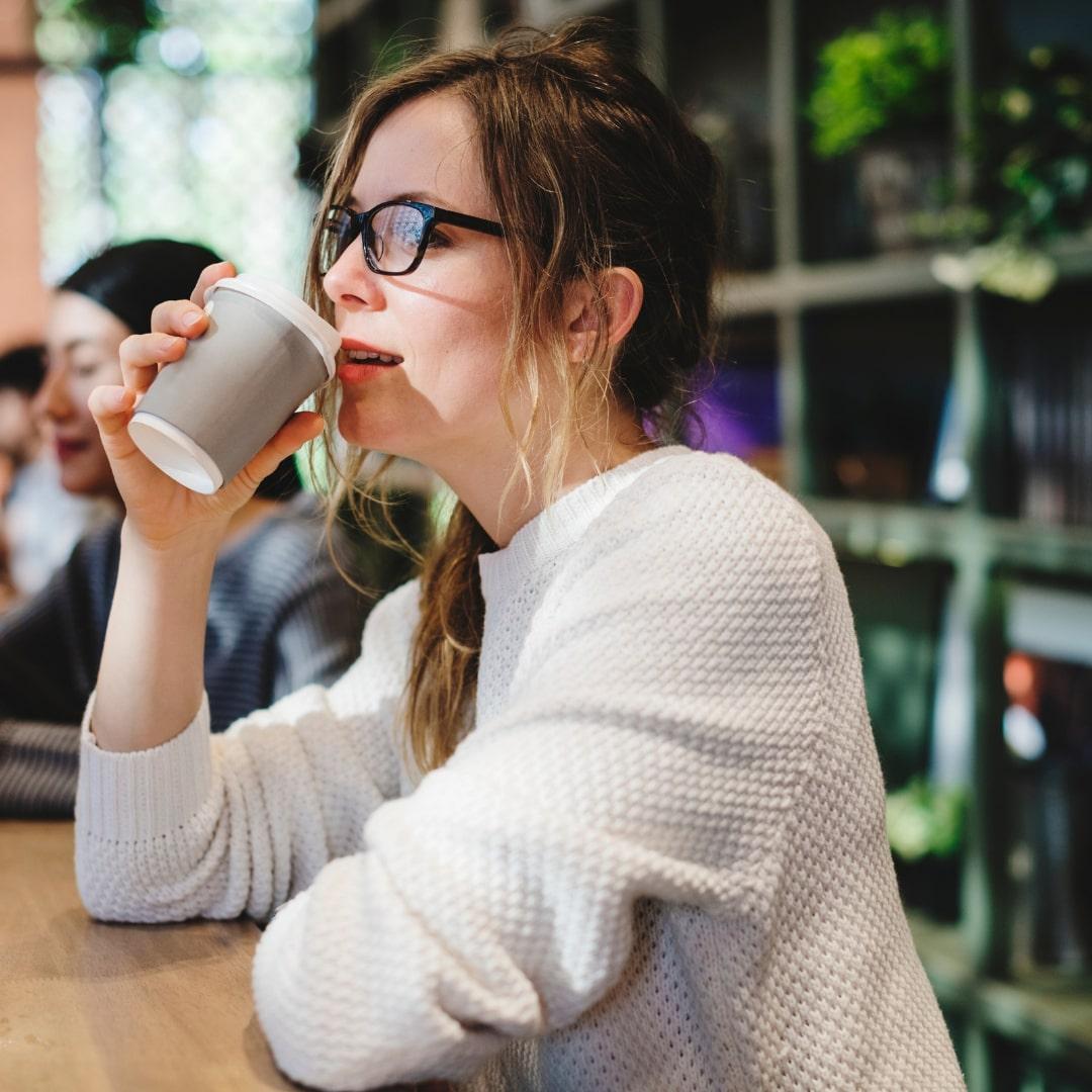 コーヒーを飲んでいる外人女性の画像