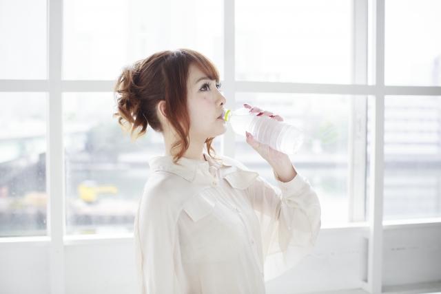 お水を飲んでいる女性