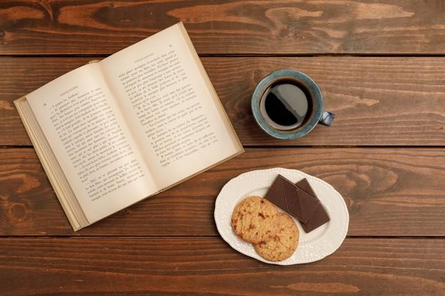 お菓子と本とコーヒーの画像