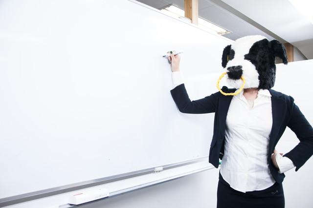 牛の被り物をしてる人が講義している画像