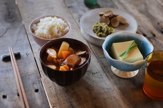 玄米、煮物、豆腐の画像