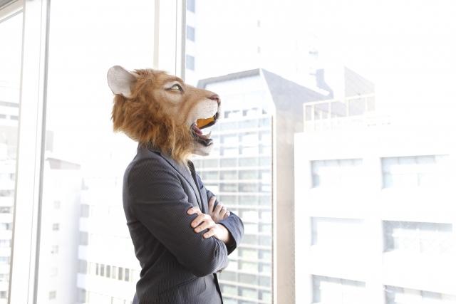 気を付けることを考えているライオンの被り物をした男性の画像