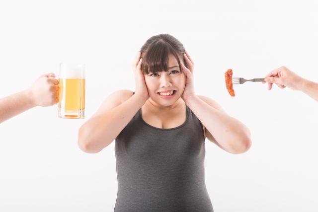 食べ物の誘惑に負けそうな太った女性の画像