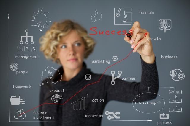 研究内容を黒板に書いている女性の画像