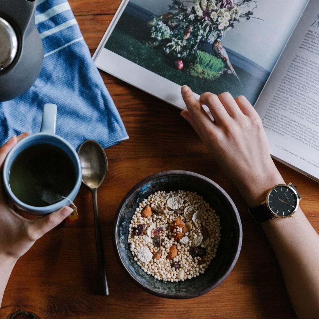 テーブルにコーヒーとシリアスと本が置いてある画像