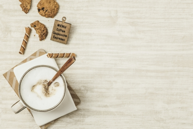 テーブルにカフェラテが置いてある画像
