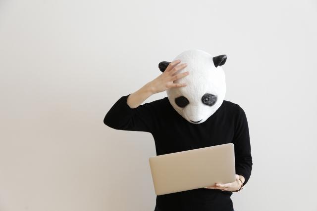 パンダの被り物をした人が悩んでいる画像