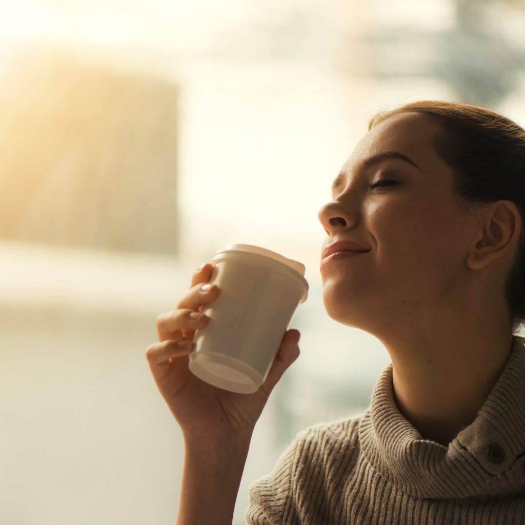 コーヒーを飲んでいる女性の画像