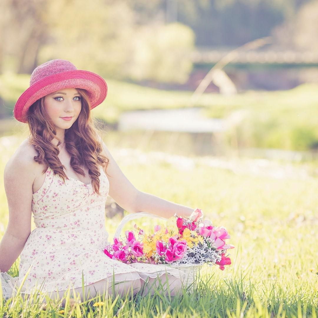 ピンク帽子と白いワンピースを着た外人女性の画像