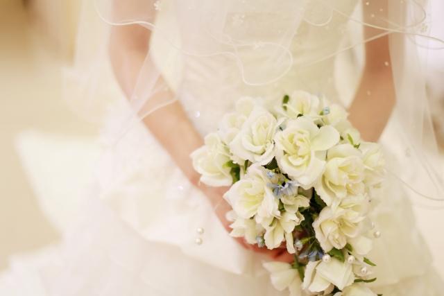 結婚式で花束を持っている花嫁