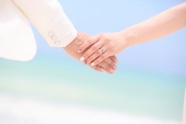 結婚式で二人で手をつないでいる画像