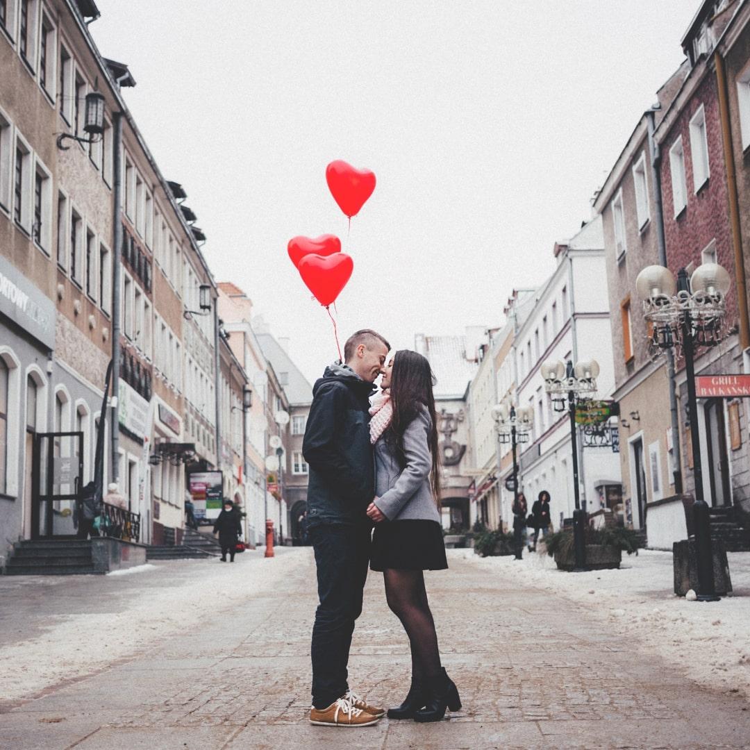 道の真ん中にカップルがキスしている画像