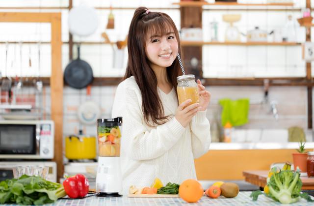 ジュースを飲んでいる女性の画像