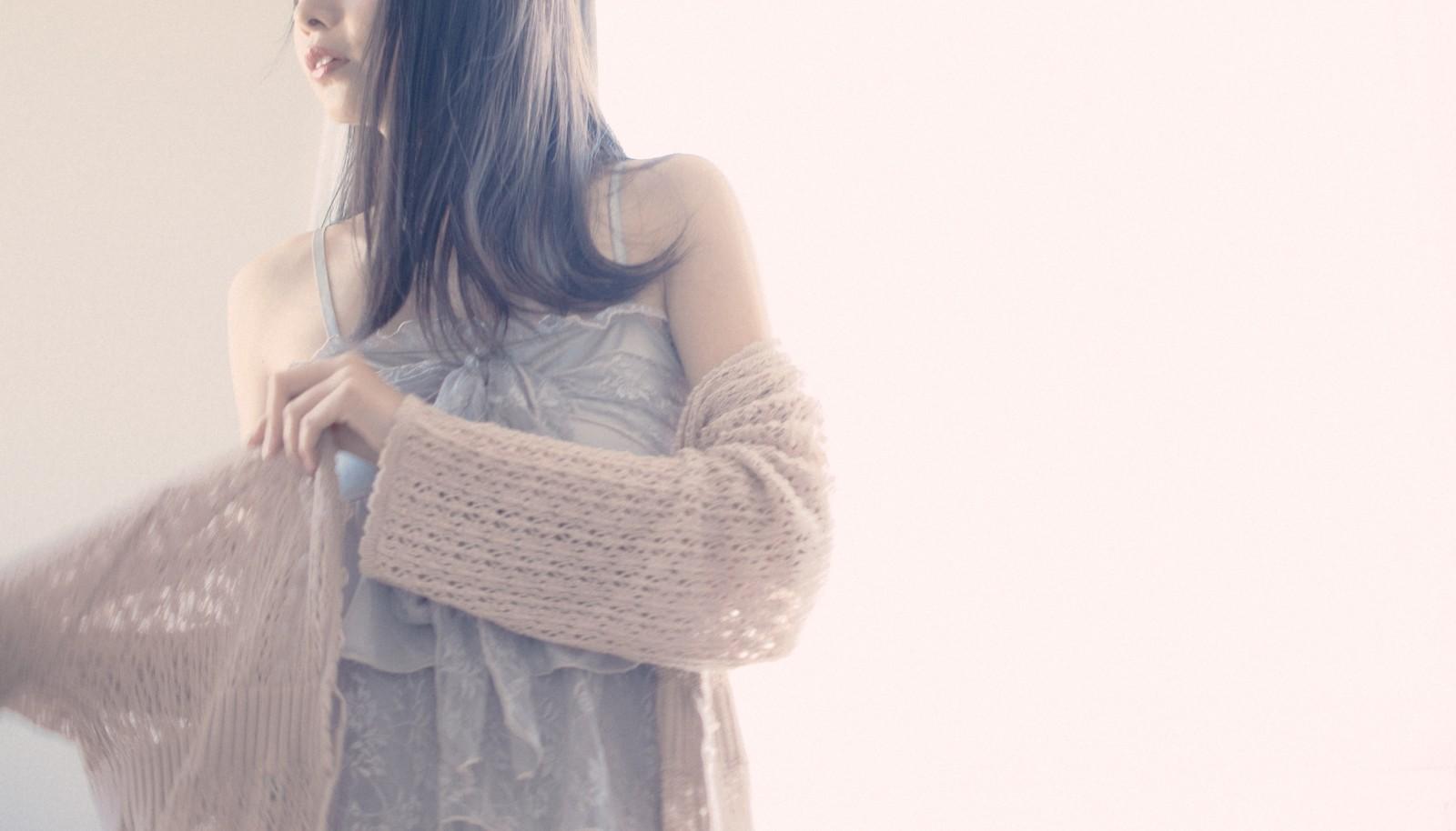 カーディガンを羽織っている女性の画像