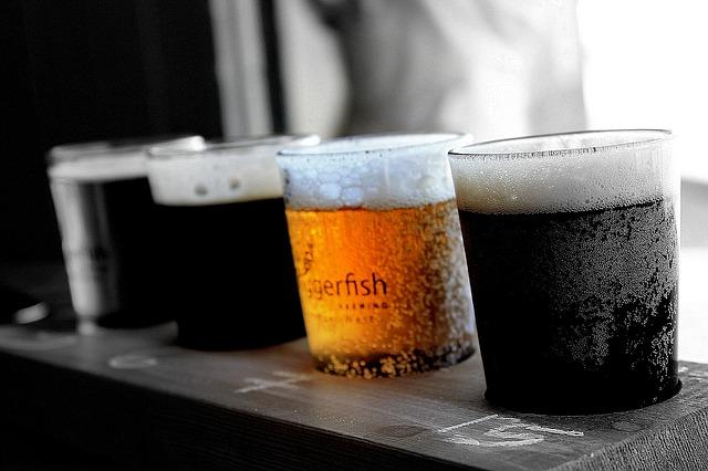 色々な種類のビールが並べられた画像