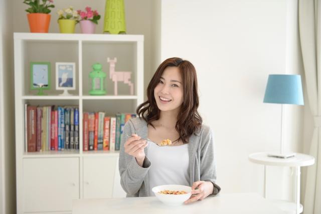 食事している女性の画像