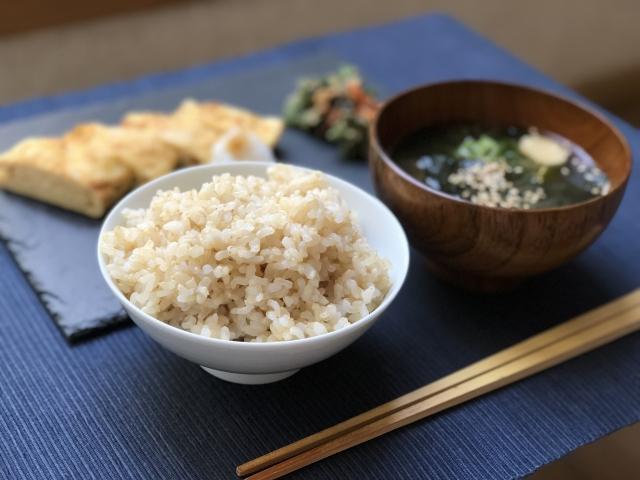 玄米と味噌汁健康食の画像
