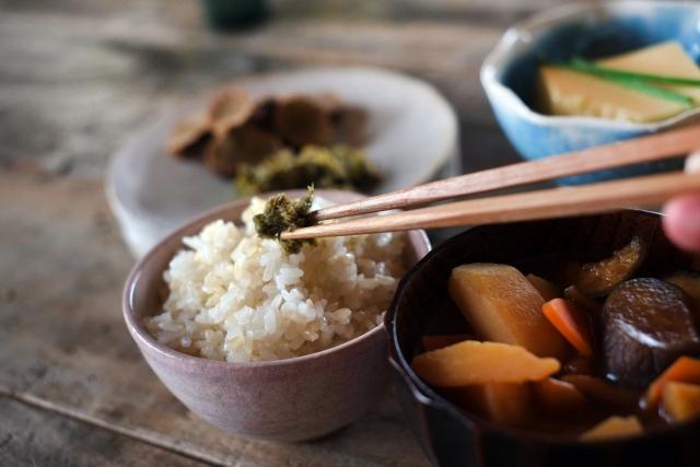 玄米や煮物などの健康食の画像