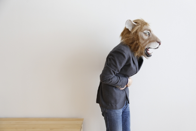 回復食で食べ過ぎてお腹を下すライオンの被り物をした人の画像