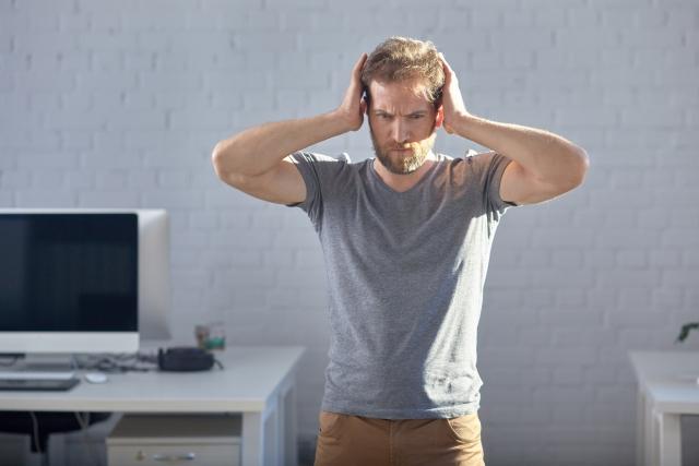 ブログ100記事書いてもアクセスが増えなくてがっかりしている男性の画像
