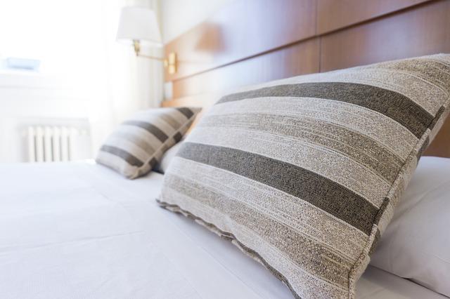 ベッドと枕の画像