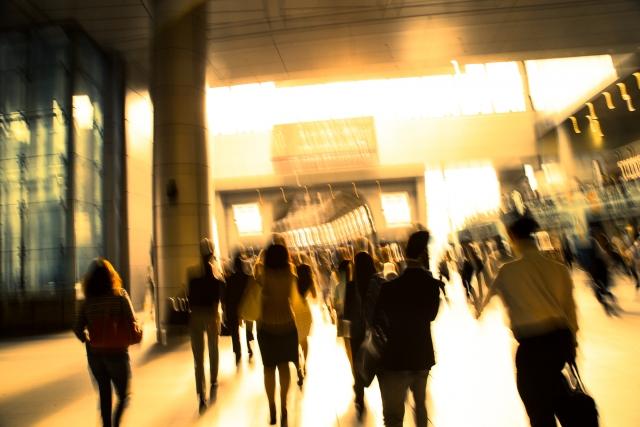 多くの人が歩いている街並みの画像