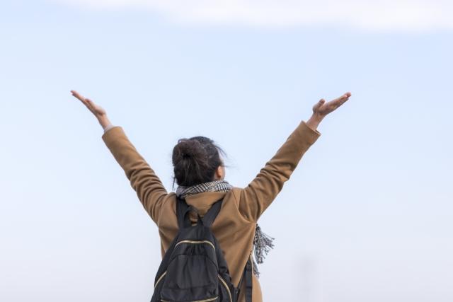 大きく手を広げている女性の画像
