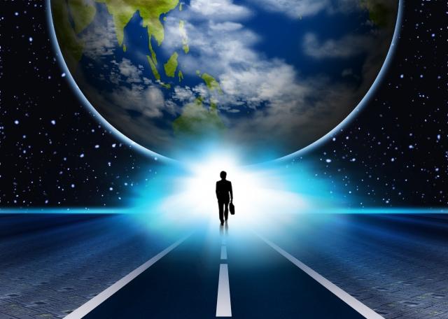 大きなチャンスを掴みに地球に向かって歩いている男性の画像