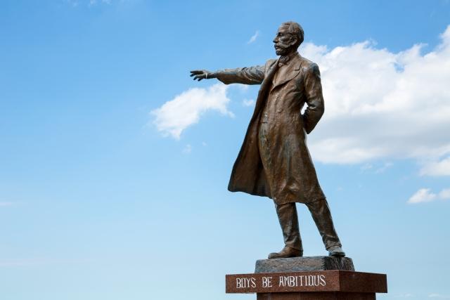 人はコントロールできないと指をさしているクラーク博士の銅像の画像