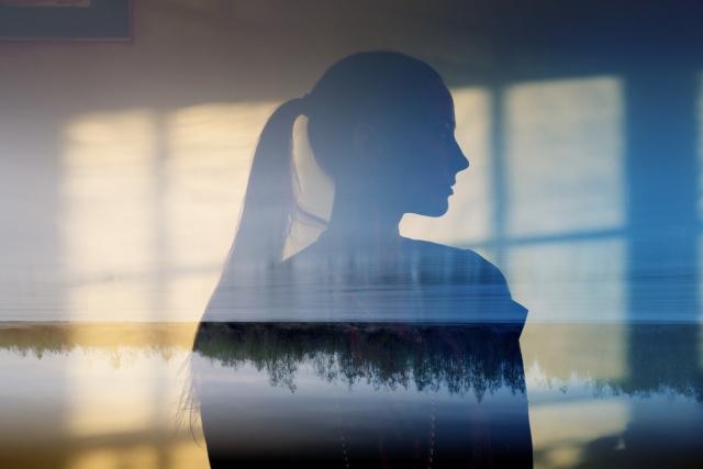 強くなりたいと思う女性のシルエットの画像
