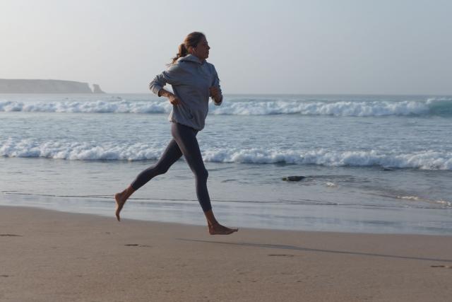 強くなるために海沿いをランニングしている女性の画像