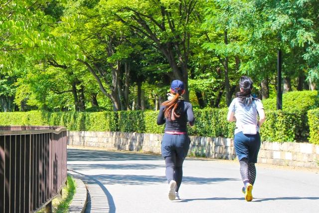 前向きな気持ちでジョギングしている2人の女性の画像