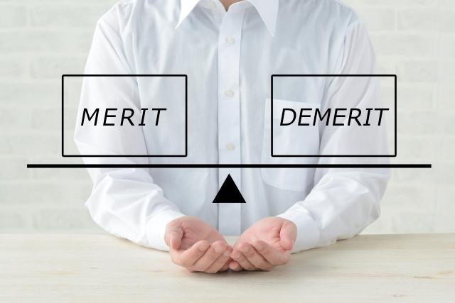 酵素ドリンクの口コミのメリットとデメリットを手に持っている人の画像