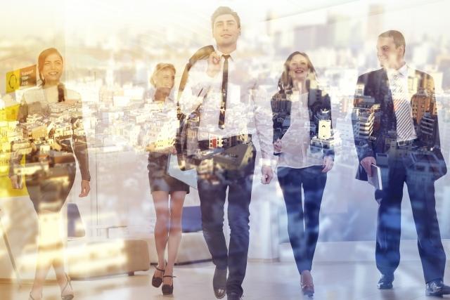 Twitterのフォロワーの増やし方は初心が大事と部下5人に伝えながら歩いているビジネスマンの画像