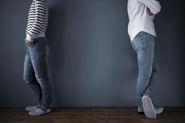 人間関係を断捨離しようと決断をしている男女2人の画像