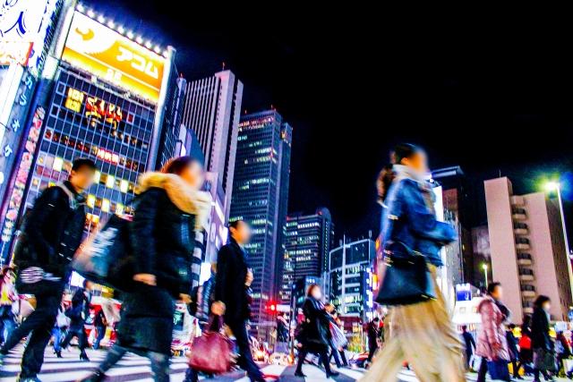 人間関係に疲れている都会を歩いている人たちの画像