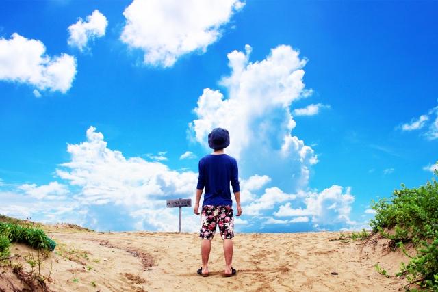 ニート生活から抜け出した男性が空を見上げているイメージ画像